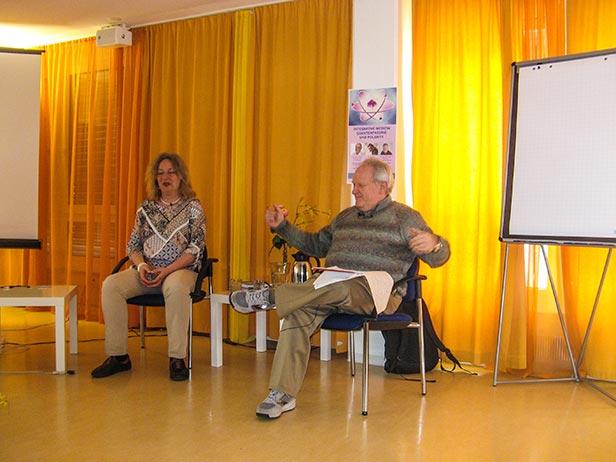 Jim Feil en pleno discurso junto a la traductora Katja Dienemann